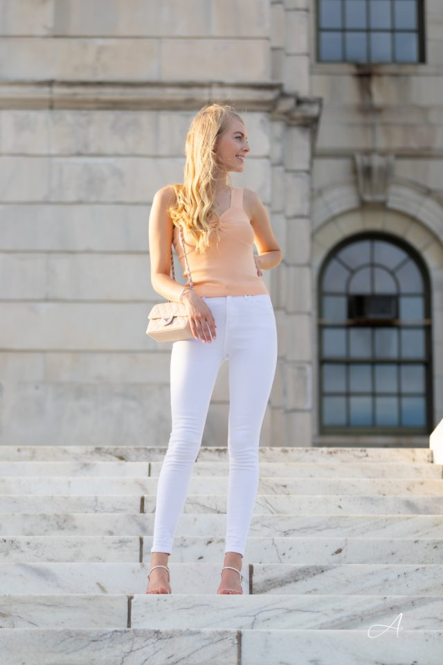 peach top with white jeans